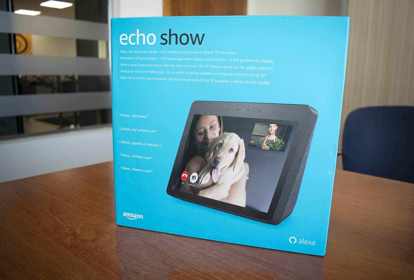 Caja del Amazon Echo Show de pie